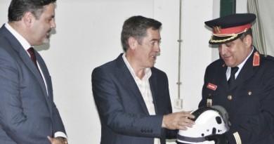 Entrega simbólica de um capacete em representação dos equipamentos de proteção individual para combate a incêndios florestais oferecidos pelo Município de Monchique