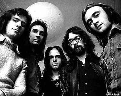 Os Genesis na sua formação clássica; da esquerda para a direita, Tony Banks (teclados), Michael Rutherford (guitarras), Peter Gabriel (voz, flauta e percussão), Steve Hackett (guitarra) e Phil Collins (bat.). Embora os Genesis tivessem gravado o primeiro disco para a DECCA Records, viriam a ficar associados à etiqueta The Famous Charisma Label, de Tony Stratton-Smith, que fora fundada em 1969.